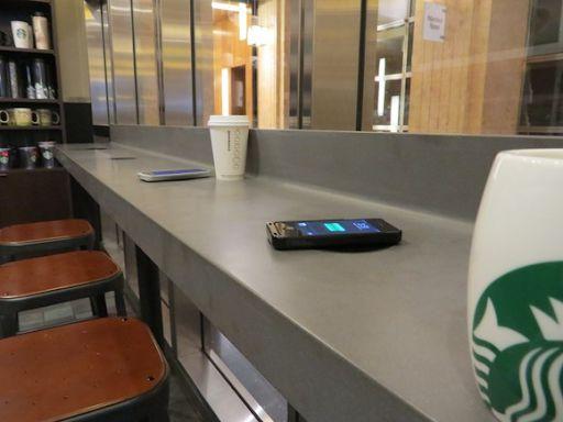 Starbucks đã hợp tác với Duracell Powermat để triển khai tính năng sạc không dây tại các cửa hàng