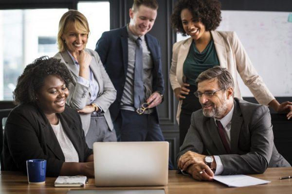 Hãy khen thưởng nhân viên khi họ hoàn thành công việc, hay phê bình mang tính xây dựng để họ nỗ lực sửa sai